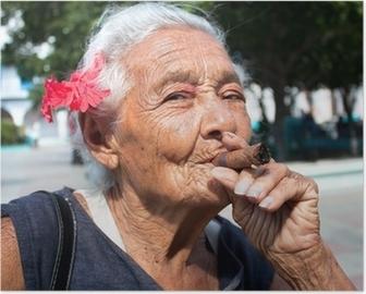 posters-vieille-femme-ridee-avec-des-cigares-de-fumer-fleur-rouge-cuba-1.jpg